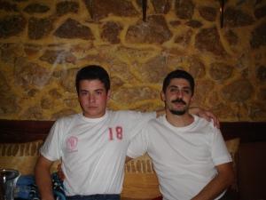 Με τον ξάδελφό του τον Μακεδόνα, Γιώργο Γκιέτσο. Ο υιός με τα Ισπανόφερτα μουσάκια του.