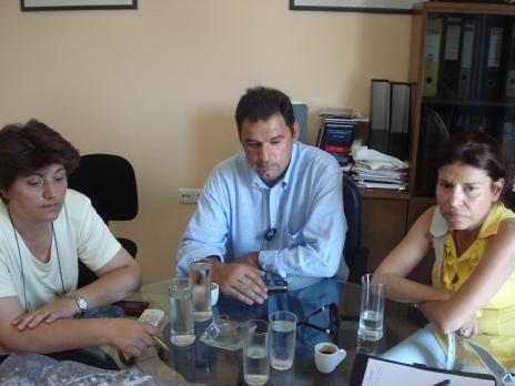 Η Αντιδήμαρχος κ. Παναγιώτα Καράμπελα, ο εκπρόσωπος της αναδόχου εταιρείας και η επιβλέπουσα κ. Καλοφωλιά Ευγενία.
