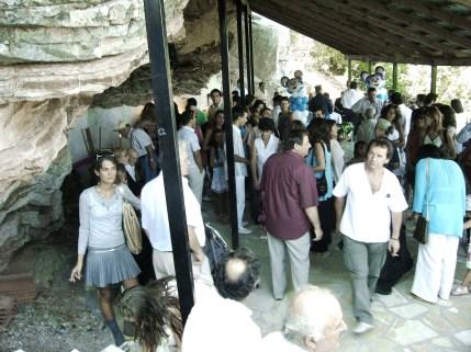Στο εκκλησάκι που είναι μέσα στο βράχο