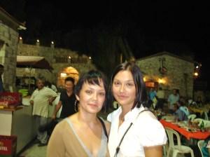 Η υποψήφια Βουλευτής του ΠΑΣΟΚ Νάντια-Κωνσταντίνα Γιαννακοπούλου με το Alter Ego της, την αδελφή της την Ελένη. Δεν είναι να τις πιείς στο ποτήρι;