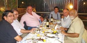 Αριστερά, ο Αντώνης Βαμβακούσης, ο Δημήτρης Δριμής και ο Χρήστος Τσιαμπούρης. Δεξιά ο Μπάμπης Λυμπερόπουλος και ο Γιώργος Κανελόπουλος με τον γραμματέα του.