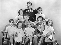 200px-Bundesarchiv_Bild_146-1978-086-03,_Joseph_Goebbels_mit_Familie